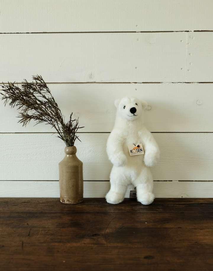 立ち白クマ